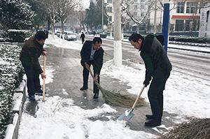 教体局干部职工齐行动,清扫积雪保畅通